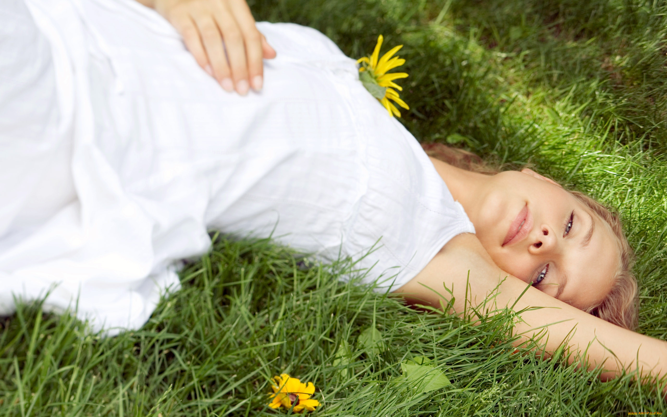 девочка лежит фото